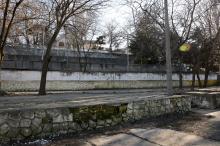 Санаторий МЧС. Вид с нижней площадки на террасы санатория и старый корпус. Фото Евгения Волокина, апрель, 2018 г.