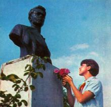 У піонерському таборі «Молода гвардія», на площі Молодогвардійців, біля одного з пам,ятників. Фото І. Кропивницького в альбомі «Містечко над морем». 1968 р.