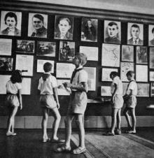 Музей у піонерському таборі «Молода гвардія». Фото І. Кропивницького в альбомі «Містечко над морем». 1968 р.