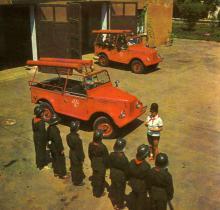 Заняття юних пожежників у піонерському таборі «Молода гвардія». Фото І. Кропивницького в альбомі «Містечко над морем». 1968 р.