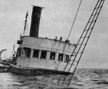 Затонуле судно у піонерському таборі «Молода гвардія». Фото І. Кропивницького в альбомі «Містечко над морем». 1968 р.