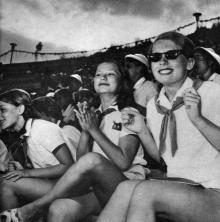 У піонерському таборі «Молода гвардія». Фото І. Кропивницького в альбомі «Містечко над морем». 1968 р.