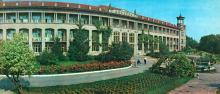 Главный корпус санатория «Молдова». Фото Б. Минделя на панорамной открытке из комплекта «Одесса». 1978 г.