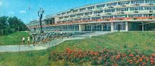 Пионерский лагерь «Молодая гвардия». Корпус «Звездный». Фото Б. Минделя на панорамной открытке из комплекта «Одесса». 1978 г.