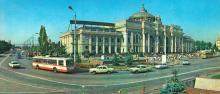 Здание железнодорожного вокзала. Фото Б. Минделя на панорамной открытке из комплекта «Одесса». 1978 г.