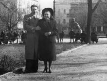 Мужчина и женщина в городском саду. 1950-е гг.