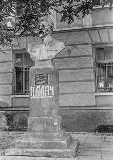 Памятник Свердлову. Фото О. Владимирского. 1992–1993 гг.