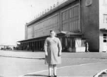 Женщина перед зданием Одесского аэровокзала. 1964 г.