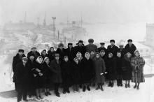 На фоне старого морвокзала. 1960-е гг.