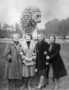 У скульптуры льва в сквере им. 9 января. 1957 г.