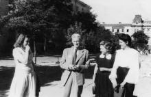 Роман Кармен на ул. Петра Великого, возле университета. 1948 г.