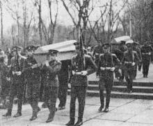 Захоронение героев на аллее Славы. Фото из сборника «У Вечного огня». 1964 г.