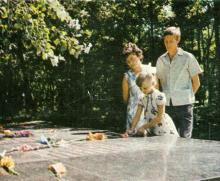 У могилы героев. Фото из сборника «У Вечного огня», 1975 г.