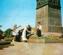 Сюда, к памятнику Неизвестному матросу, одесситы приходят в дни торжеств и знаменательных событий. Фото из сборника «У Вечного огня», 1975 г.