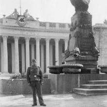 Одесса. Перед памятником Пушкину и ремонтируемым зданием бывшей Думы. 1942 г.