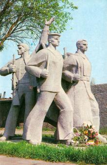 Пам,ятник героям-морякам, учасникам Великої Вітчизняної війни, біля входу в Одеський порт. Фото А. Підберезького з комплекту листівок «Місто-герой Одеса». 1975 р.