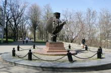 Одесса. Памятник Апельсину на бульваре Жванецкого. Фото В. Тенякова. 04 апреля 2017 г.