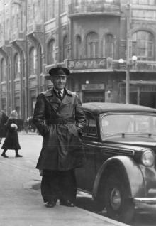 На ул. Ласточкина, угол ул. К. Маркса, перед рестораном «Волна». Конец 1950-х гг.