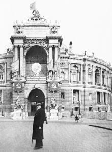 Перед театром оперы и балета. Одесса, ноябрь, 1955 г.
