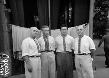 У входа в ресторан музыканты ресторана «Украина» (слева направо) Семен Соболевский, Михаил Двойрин, Наум Клейман и Семен Трокер. Одесса, 1958 г.