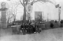 Одесса. На скамейке в парке им. Шевченко, под портретами вождей. 1941 г.