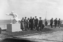 Одесса. Ланжерон. У скульптуры пограничника с собакой. 1941 г.