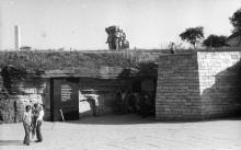У входа в катакомбы в Нерубайском. 1980-е гг.