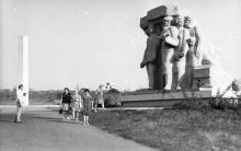 На территории мемориального комплекса в Нерубайском. 1980-е гг.
