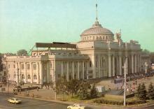 Одесса. Железнодорожный вокзал. Фото Г. Буланова на открытке из набора «Город-герой Одесса». 1983 г.