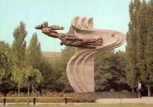 Одесса. Памятник авиатора 69 истребительного полка. Фото Г. Буланова на открытке из набора «Город-герой Одесса». 1983 г.