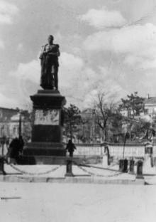 Одесса. Памятинк Воронцову на фоне районной доски почета. Начало 1950-х гг.