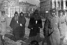 Арестованные священнослужители на Греческой площади, кадр кинохроники,  экспонат музея Христианская Одесса, 1920 г.
