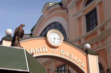 Фигура орла на входе в Новый базар. Фото Е. Волокина. 26 марта 2018 г.