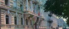 Готель «Одеса» (ошибка, на фото Приморский бульвар, № 5, к тому же снимок отзеркален). Фото Р. Папік,яна на листівці з комплекту «Одеса». 1982 р.