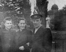В привокзальном сквере. 1950-е гг.