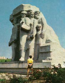 Музей партизанської слави в с. Нерубайському. Монумент «Народні месники». Фото Б. Мінделя на листівці з комплекту «Одеса». 1982 р.