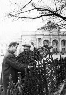 Восстановление фигурной ограды привокзального сквера в Одессе. Фото Я. Левита. 21 апреля 1955 г.