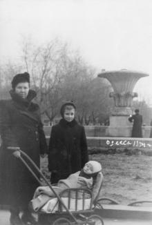 У фонтана в сквере на площади им. Советской Армии. 1954 г.