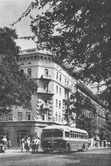 Одеса. Новий жилий будинок для моряків китобійної флотілії «Слава». Фото на поштовій листівці з комплекту «Одеса». 1955 р.