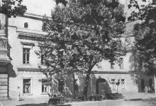 Одеса. Будинок, де жив О.С. Пушкін під час заслання 1823–1824 рр. Фото на поштовій листівці з комплекту «Одеса». 1955 р.