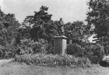 Одеса. Куточок парку санаторію ім. В. Чкалова. Фото на поштовій листівці з комплекту «Одеса». 1955 р.