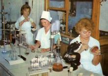 В лаборатории  Одесского отделения Института биологии южных морей. Фото в брошюре «В Одессе научной». 1976 г.