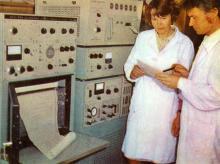 Всесоюзный селекционно-генетический институт. В лаборатории запасных белков. Фото в брошюре «В Одессе научной». 1976 г.