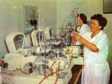 Всесоюзный селекционно-генетический институт. Определение физических свойств теста. Фото в брошюре «В Одессе научной». 1976 г.