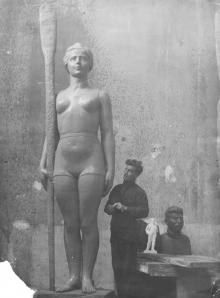 Михаил Петросян перед скульптурой, изготовленной для установки на Ланжероне. 1936 г.