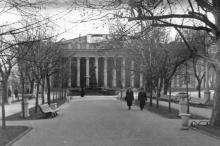 Одесса. Приморский бульвар. Вид на памятник Пушкину и здание горсовета. Конец 1950-х гг.
