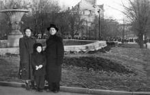 Одесса. Перед фонтаном на площади Советской Армии. 1950-е гг.