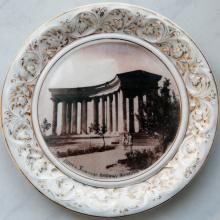 Тарелка коростенского фарфорового завода с фотографией колоннады Одесского Дворца пионеров. 1950-е гг.