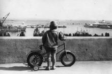 Одесский порт, вид на старый морвокзал и Военную гавань с Комсомольского бульвара.1960-е гг.