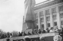 Во время праздничной демонстрации на площади им. Октябрьской революции. 1970-е гг.